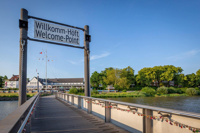 Willkomm-Höft mit Blick auf das Schulauer Fährhaus