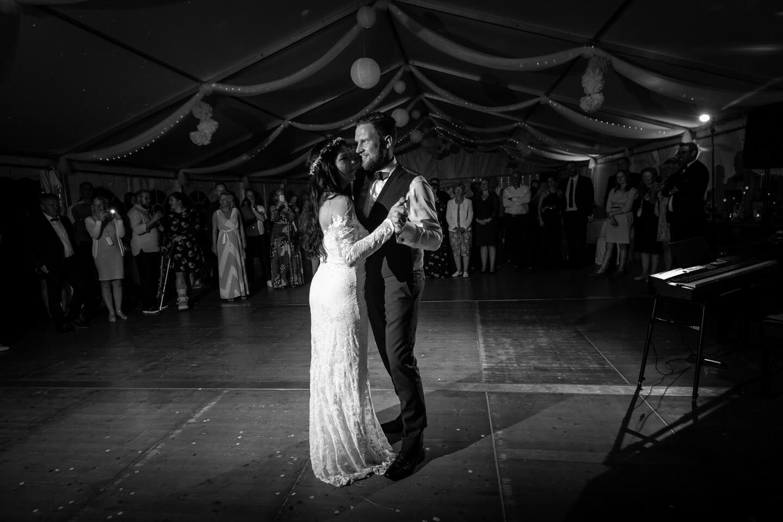 Der Eröffnungstanz während einer Ganztags-Hochzeitsreportage