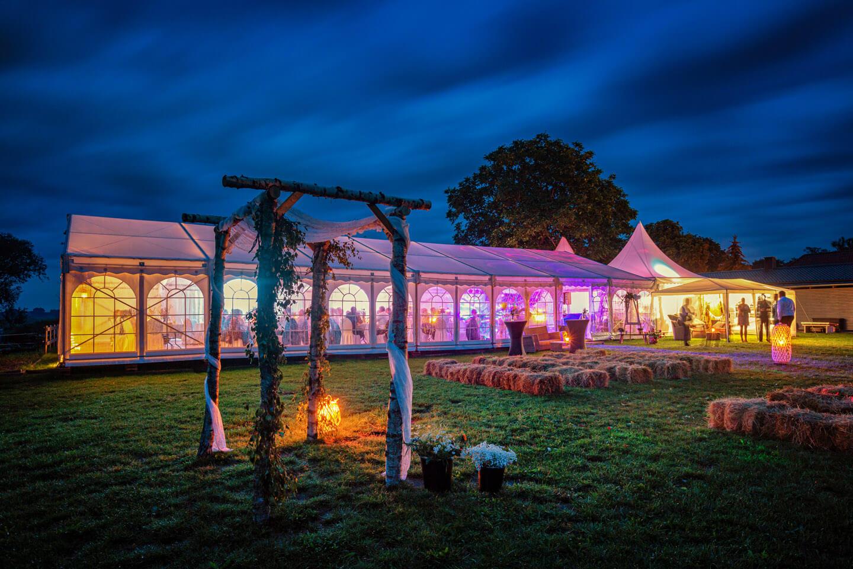 Gartenhochzeit mit Stil. Das Partyzelt fotografierte der Hamburger Hochzeitsfotograf Florian Läufer