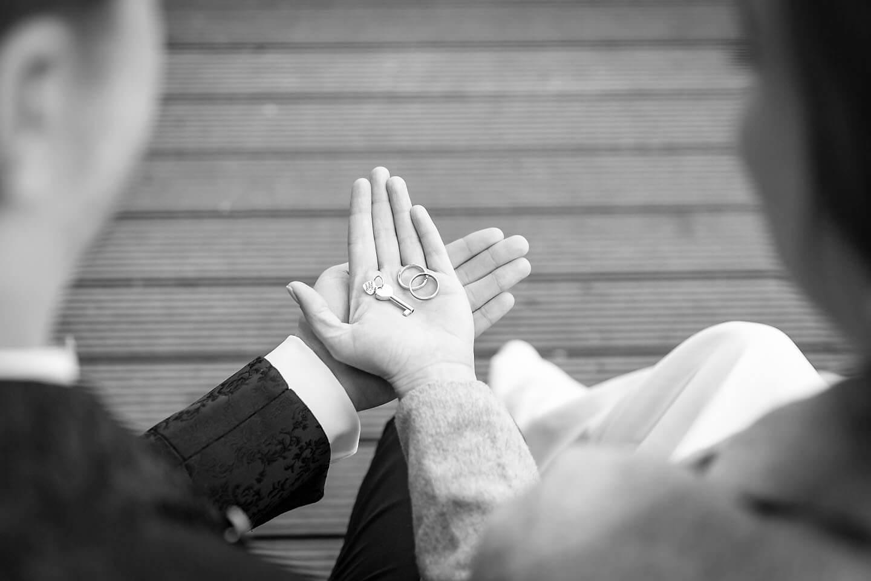 Trauringe in der hand des Hochzeitspaares