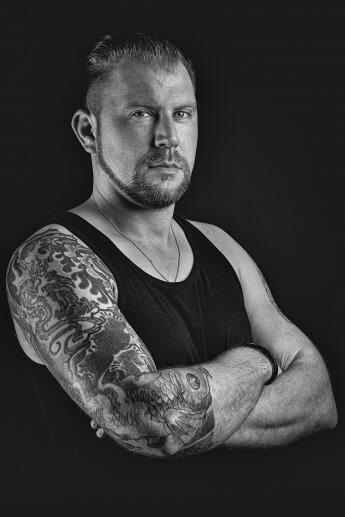 Männerportrait Schwarzweiß mit Tattoo