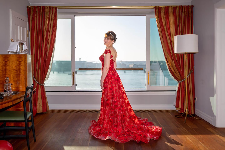 Braut im roten Hochzeitskleid im Hotel Louis C. Jacob