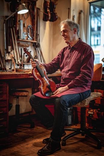 Handwerker fotografieren: Fotograf Florian Läufer hielt diese Stimmung bei einem Shooting in der Werkstatt des Geigenbauers Sielaff in Hamburg fest.