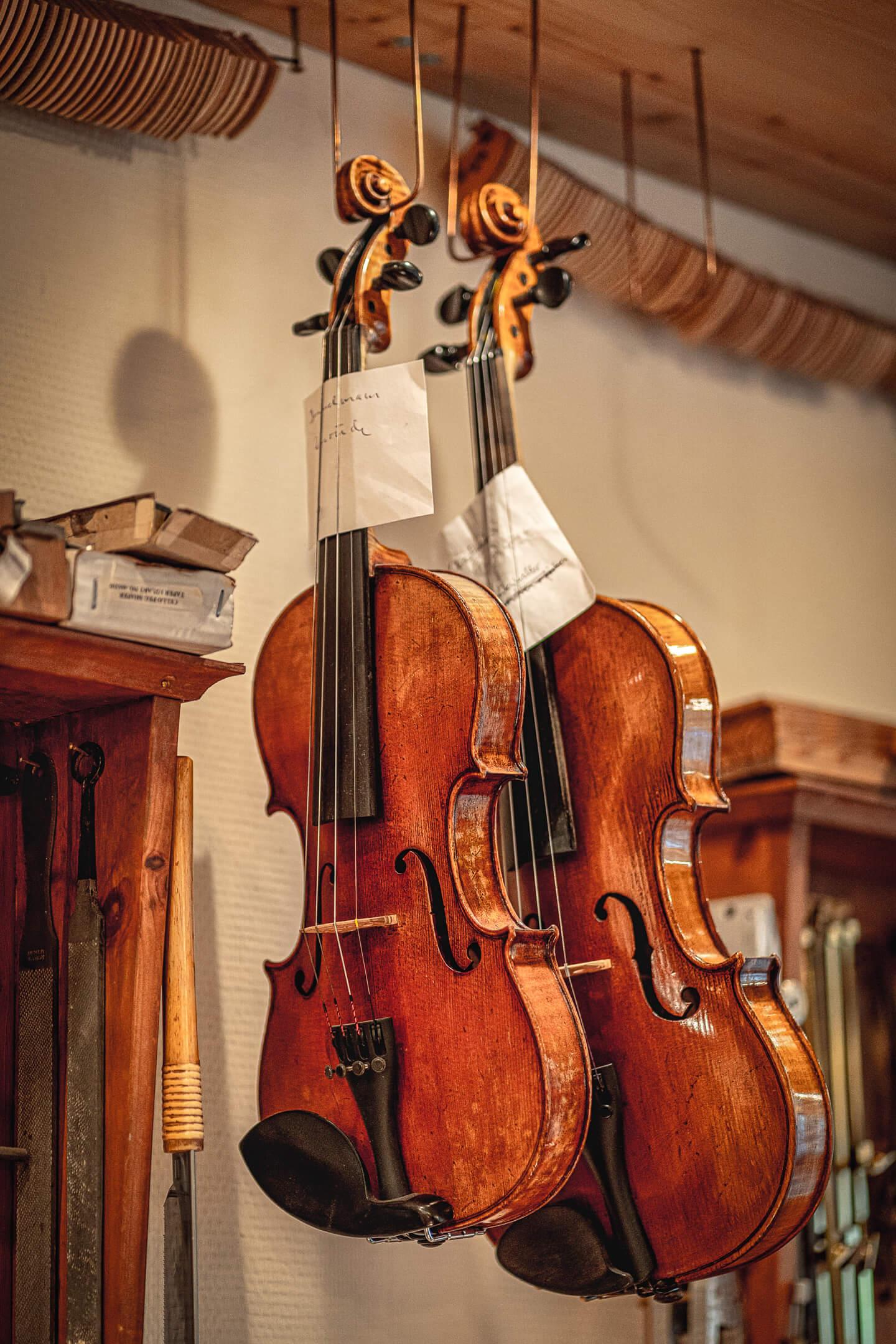 Reparierte Geigen in der Werkstatt