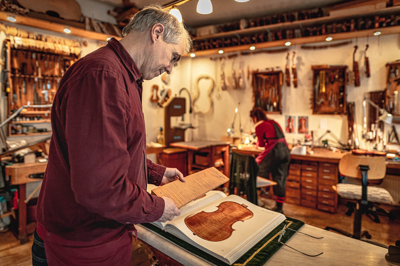 Geigenbauer Sielaff begutachtet Holz zur weiteren Bearbeitung. Fotograf: Florian Läufer, Hamburg