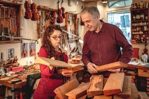 Holzauswahl beim Geigenbau