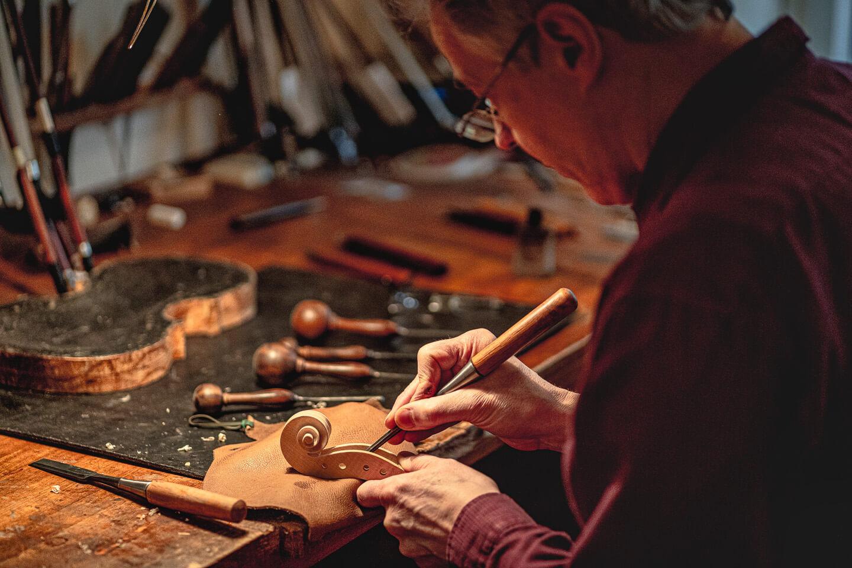 Geigenbauer bei der Arbeit. das Bild entstand bei einem Fotoshooting mit dem Hamburger Fotograf Florian Läufer