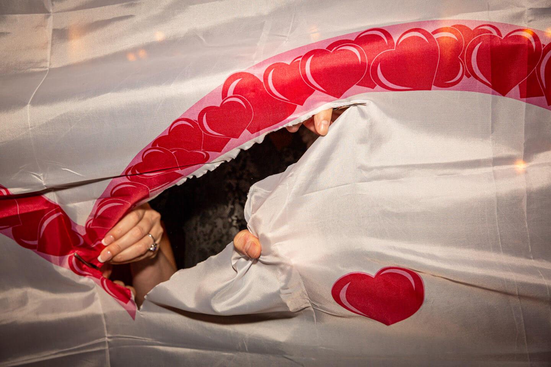 Herz ausschneiden bei einer Hochzeit