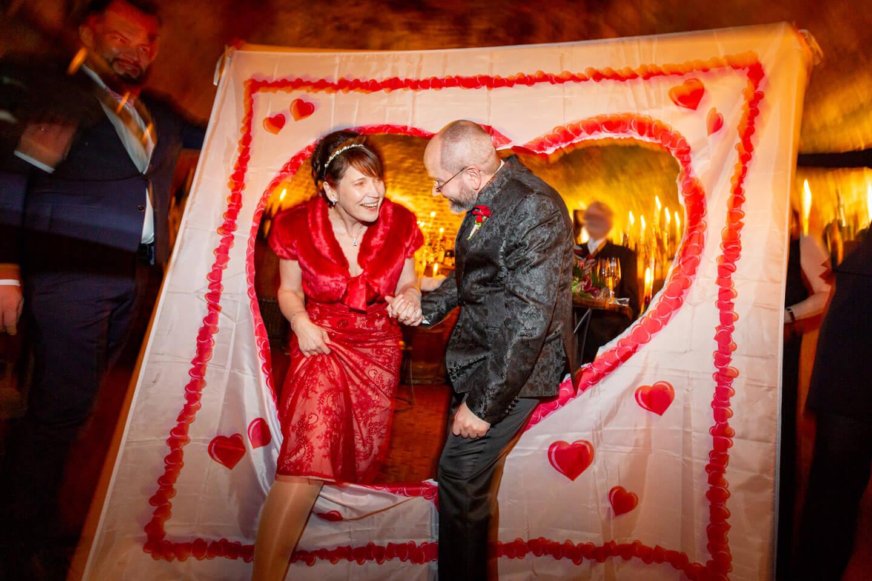 Brautpaar tritt durchs Herz in die Ehe