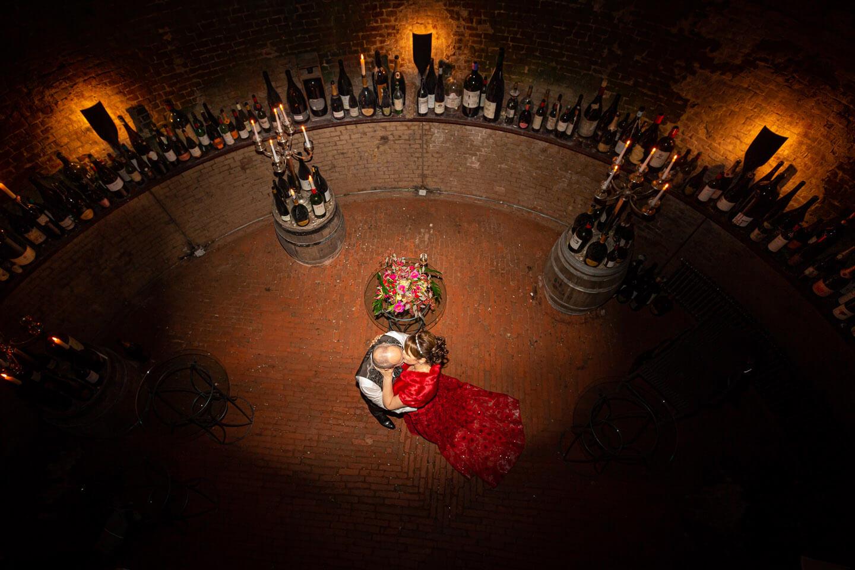 Brautpaar küsst sich im Eiskeller vom Hotel Jacob