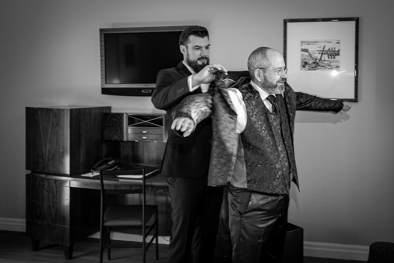 Bräutigam zieht Jacket an