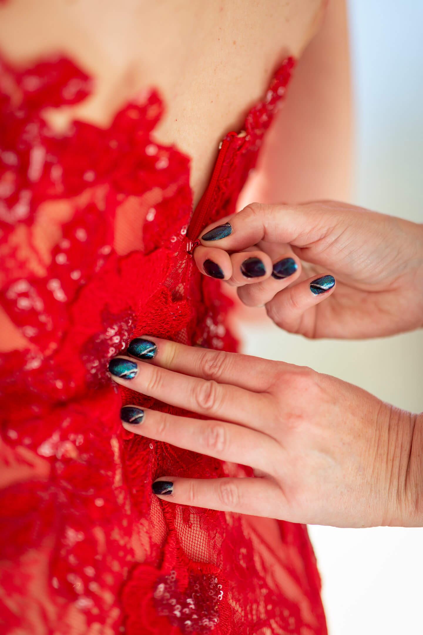 Hochzeitskleid wird geschlossen