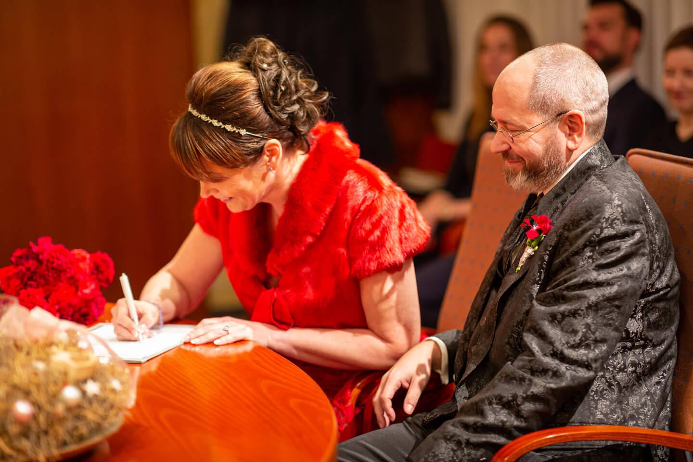 Heiratsurkunde unterschreiben im Standesamt