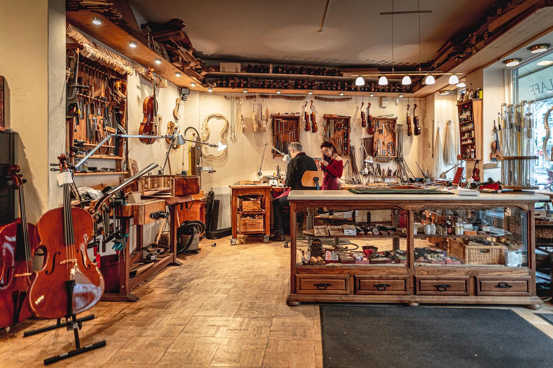 Handwerker fotografieren: Übersichtsbild der Werkstatt von Geigenabuer Stefan Sielaff, Hamburg