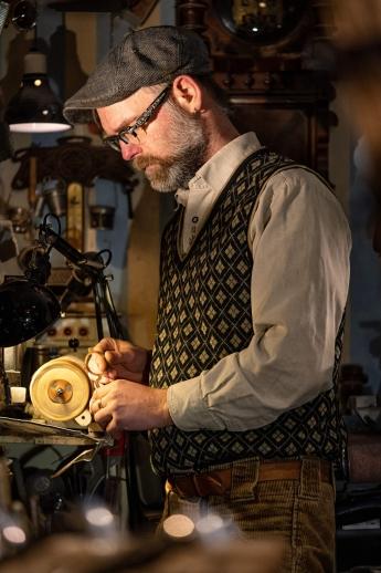 Handwerkerfoto - Brillenmacher beim Schleifen