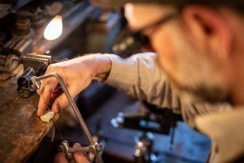 Laubsägearbeit zur Herstellung handgefertigter Brillen