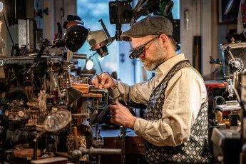 Fotoshooting mit dem Handwerker Jörn Dackow in seiner Brillenmanufaktur
