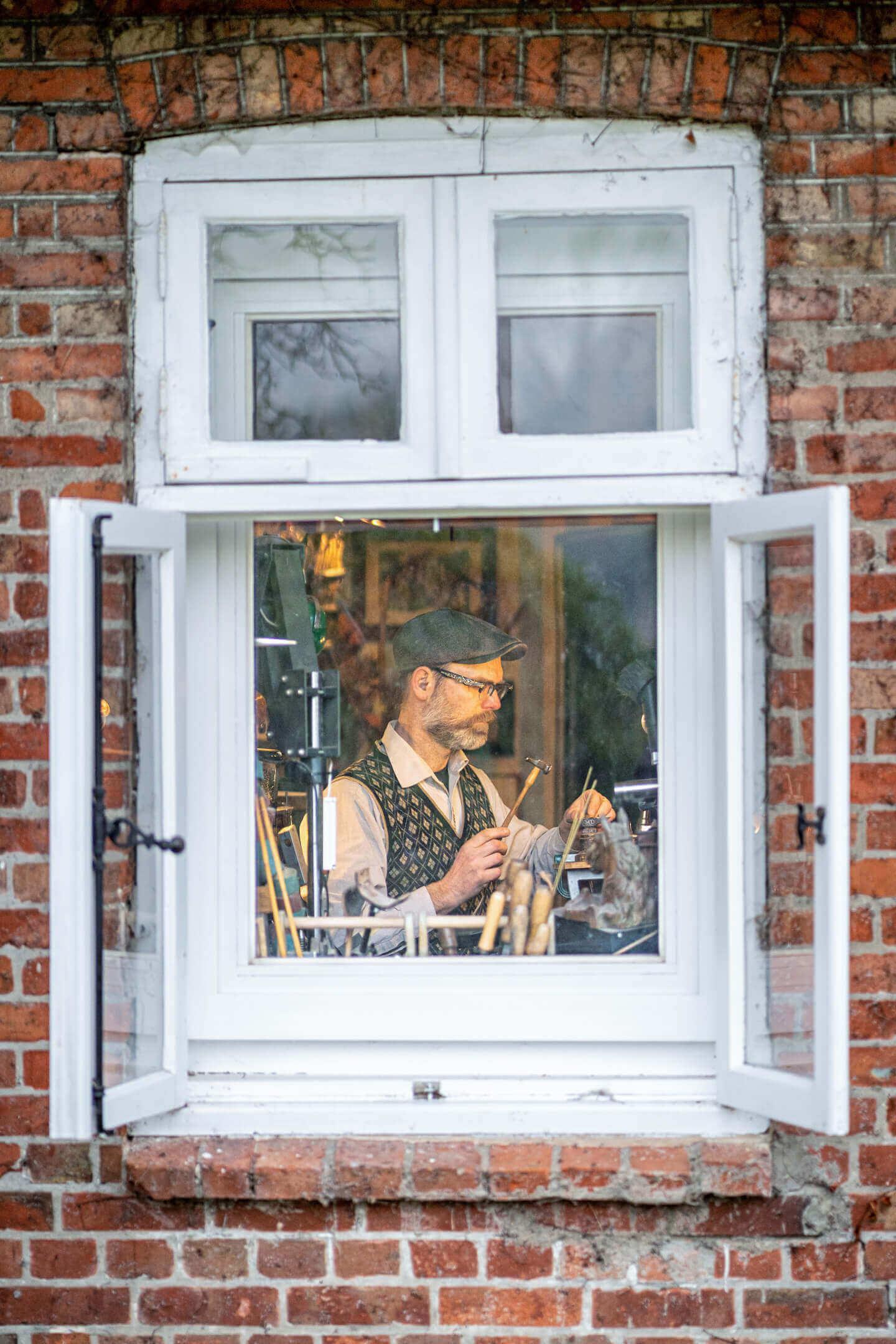 Blick durchs Fenster: Handwerker bei der Arbeit