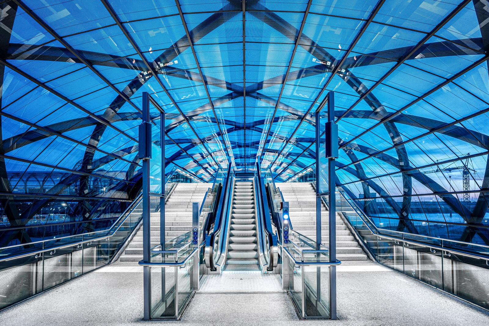 U-Bahn Elbbrücken während der blauen Stunde fotografiert