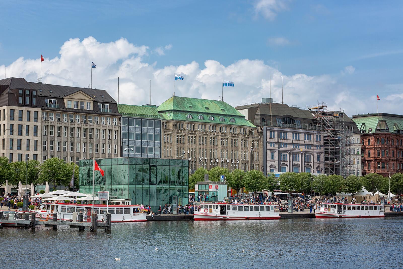 Hamburg Jungfernstieg mit rot-weißen Alsterdampfern auf der Binnenalster