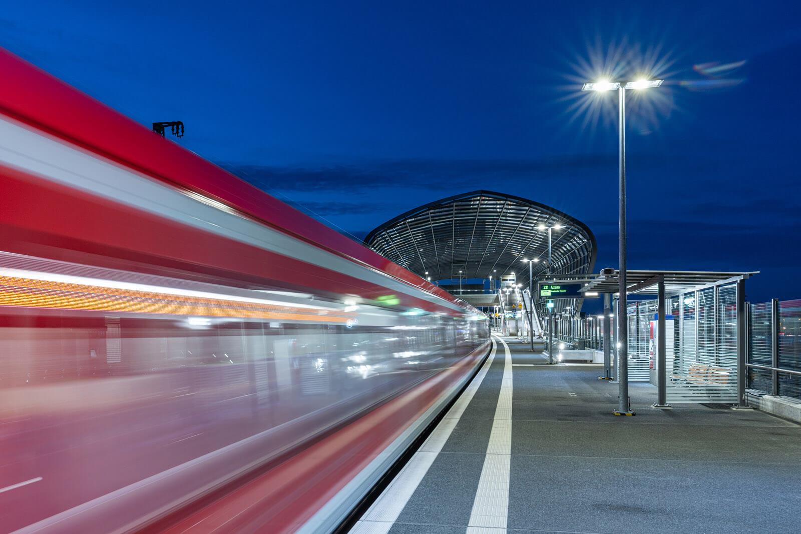 Langzeitbelichtung zur blauen Stunde am Bahnhof Elbbruecken. Fotograf: Florian Läufer