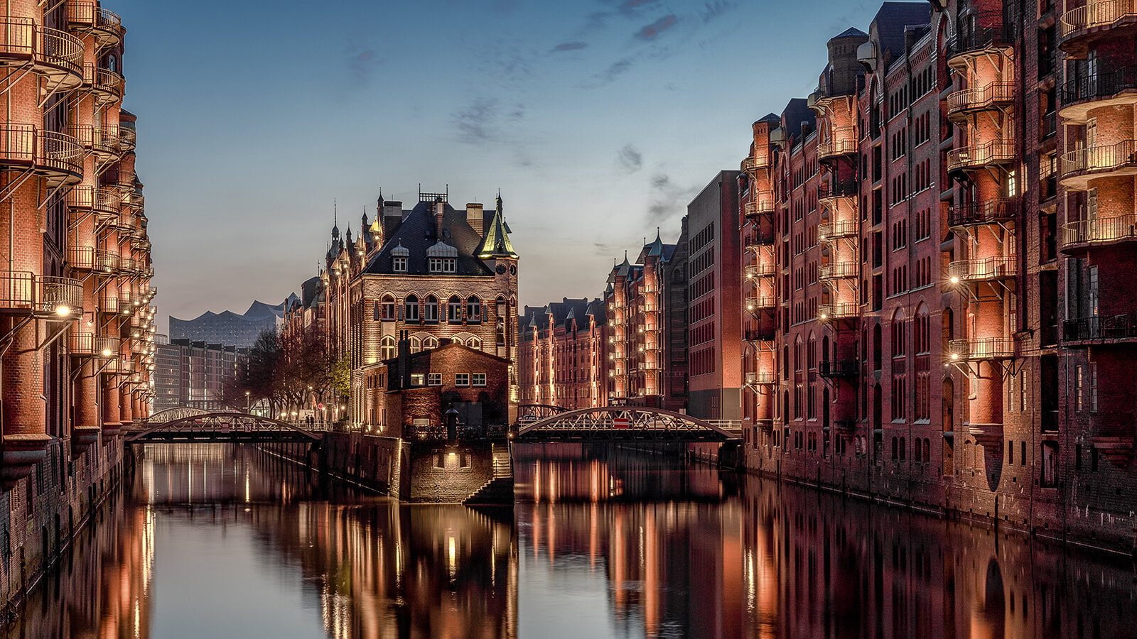 Wasserschloss Hamburg zur blauen Stunde. Fotograf war Florian Läufer aus Hamburg