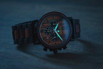Produktfoto Uhr bei Dunkelheit mit beleuchteten Phosphorzeigern