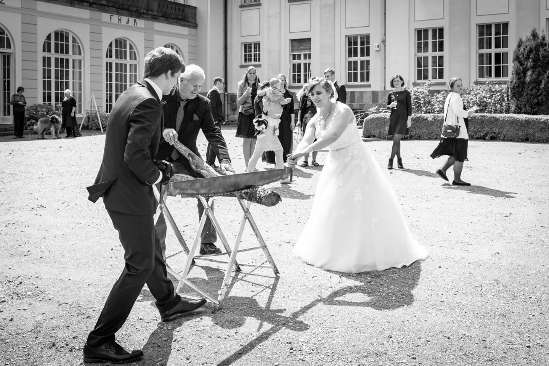 Baumstamm sägen bei Hochzeitsfeier auf Gut Altenhof