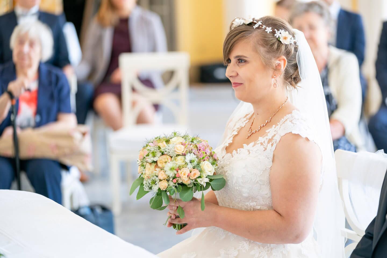 Braut mit Brautstrauss bei der Trauung
