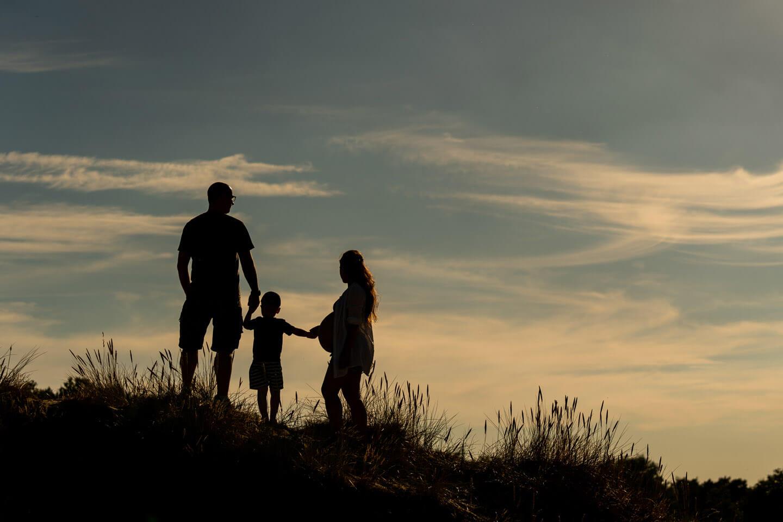 Familienfoto im Gegenlicht