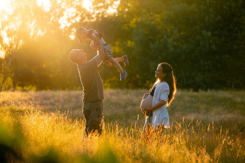 Eine Kombination aus Babybauch-Shooting in den Boberger Dünen und Familienfotos