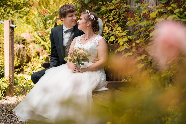 Hochzeitsfotos auf einer Gartenbank