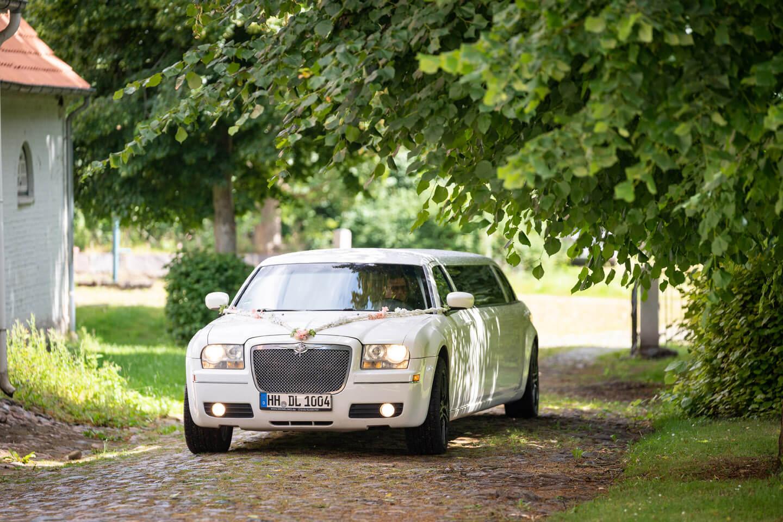 Stretch-Limousine fährt vor