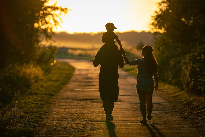Natürliche Familienfotos im Sonnenuntergang