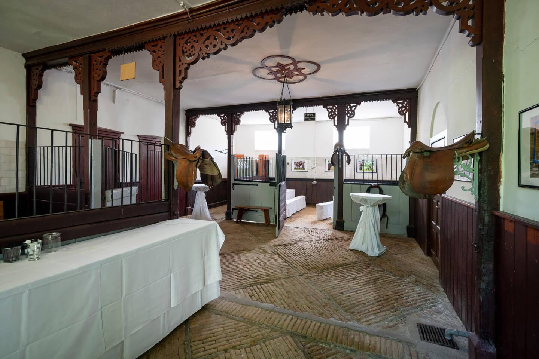 Pferdestall Gut Altenhof - hier wird die Hochzeitstorte serviert.