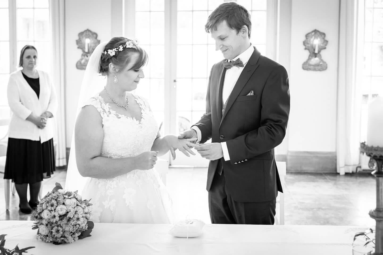 Bräutigam steckt der Braut den Ring auf den Finger