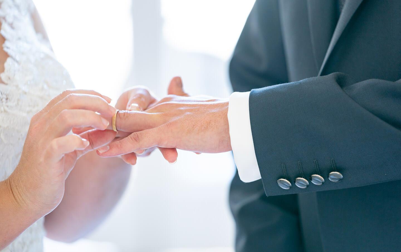 Darf bei keiner Hochzeitsreportage fehlen: der Ringtausch