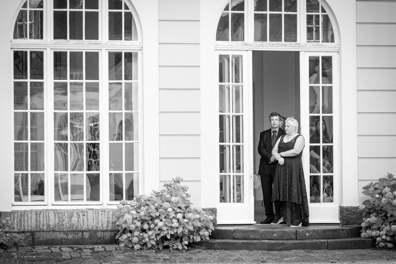 Eltern warten auf das Hochzeitspaar