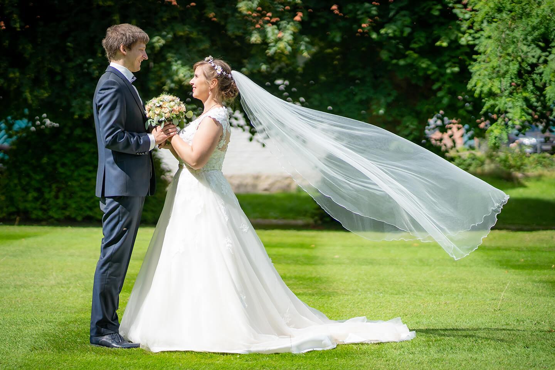 Hochzeitsfoto mit Schleier im Wind