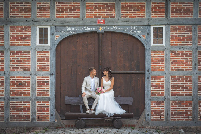 Brautpaar Shooting mit dem Hochzeitsfotografen Florian Läufer an einem alten Fachwerkhaus