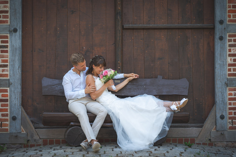Brautpaar auf einer Bank beim Shooting