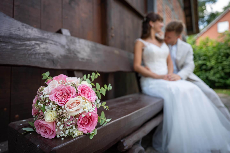 Brautstrauss mit weißen und rosafarbenen Rosen