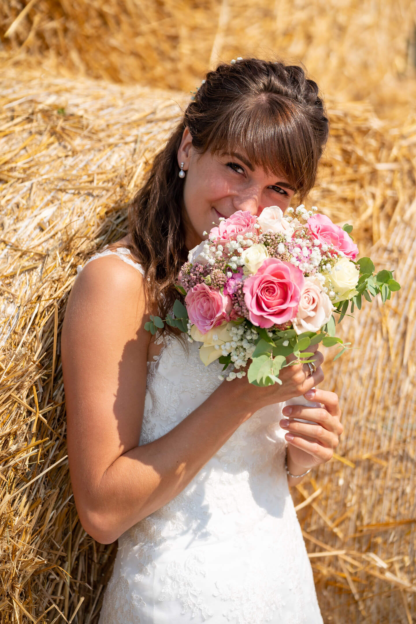 Braut riecht am Brautstrauss