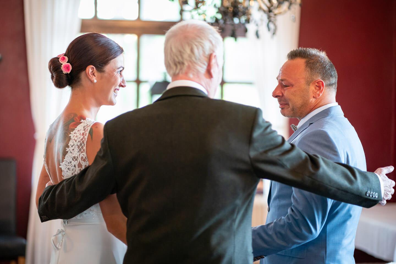Übergabe an Bräutigam vom Brautvater