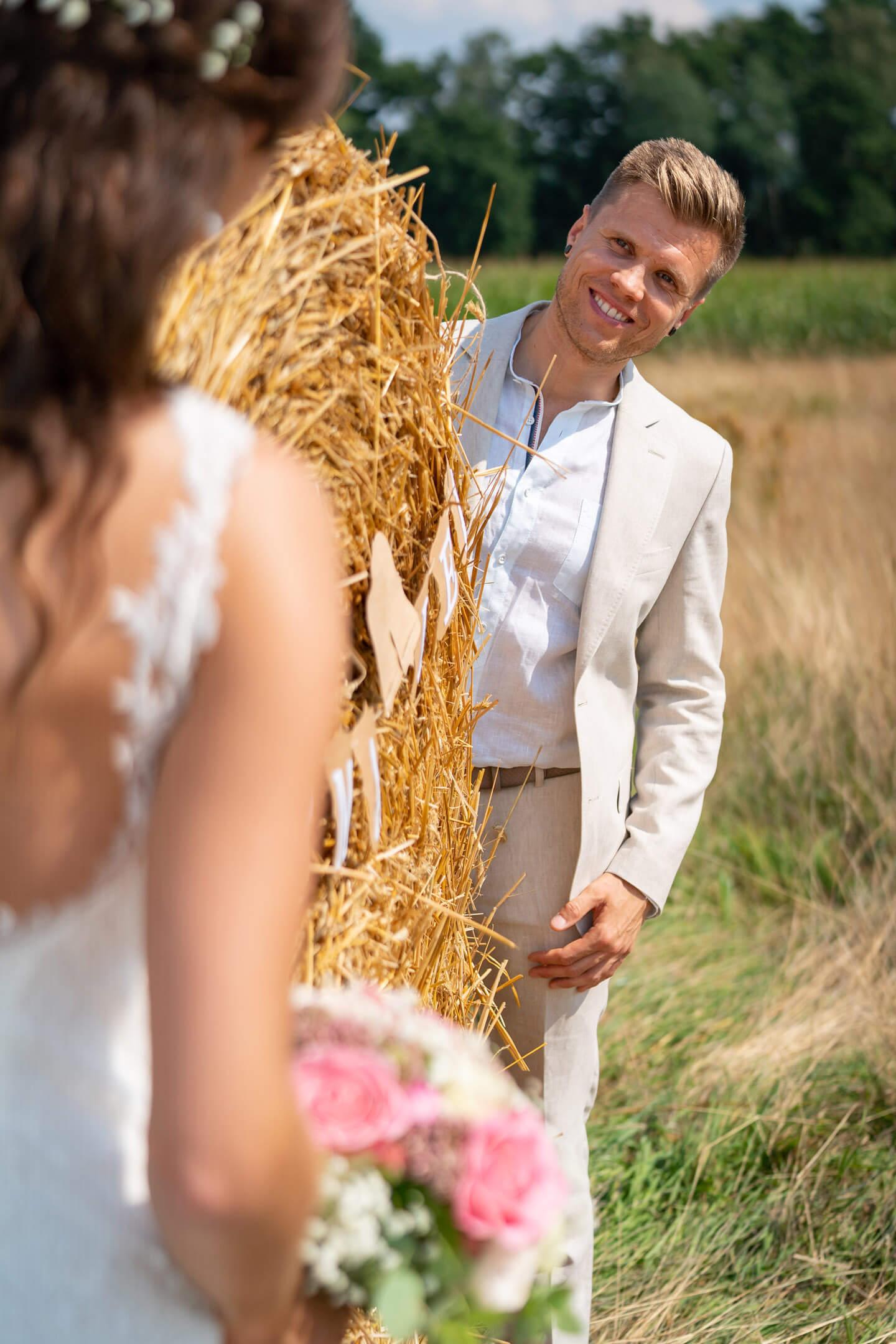 Bräutigam im hellen Anzug