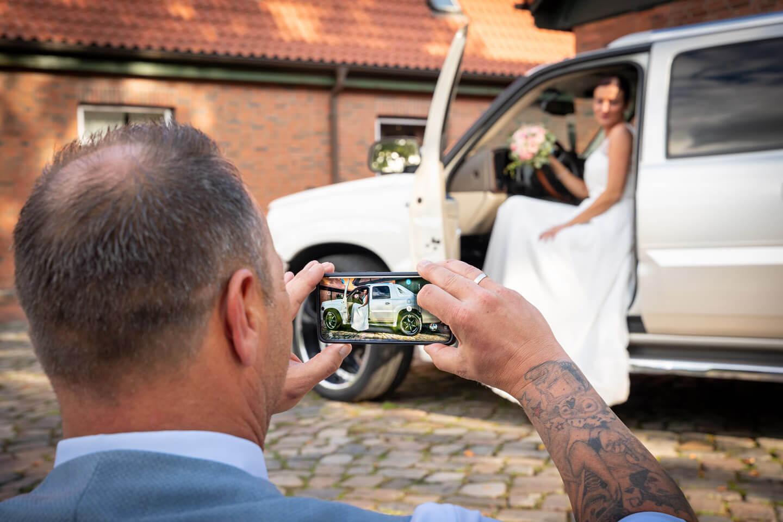 Handyfoto von der Braut