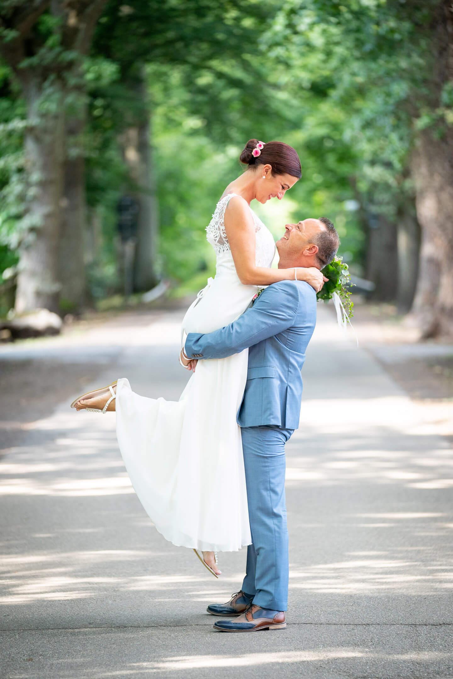 Brautpaarshooting in einer Allee mit dem Hochzeitsfotografen Florian Läufer