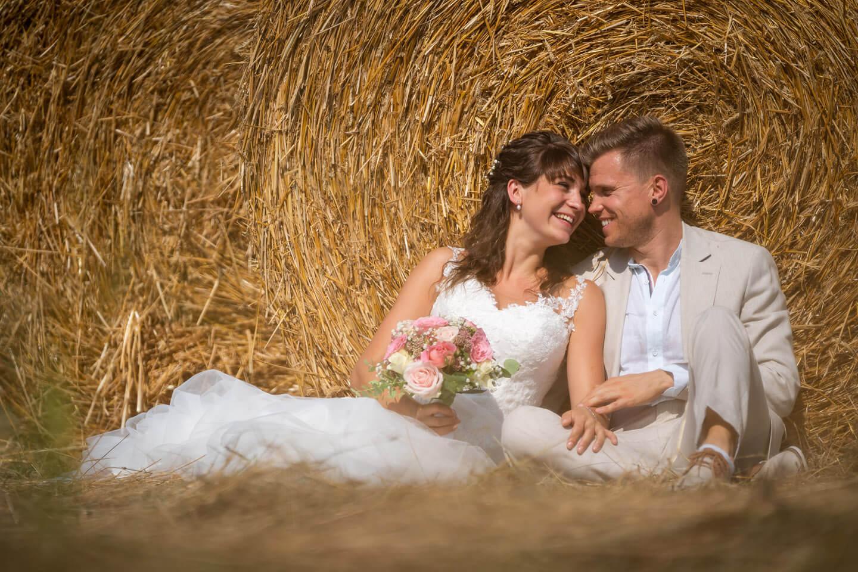 Hochzeitsfotos im Stroh
