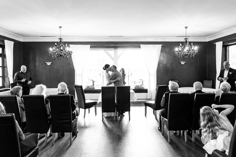 Inniger Vermählungskuss bei einer Trauung in der Wulfsmühle. Festgehalten von dem Fotograf Florian Läufer