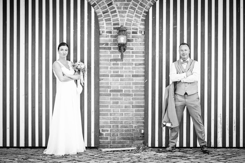 Hochzeitspaar vor gestreiften Toren